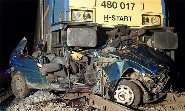 Fotók: teljesen maga alá gyűrte az autót a vonat