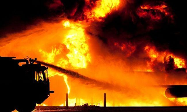 Hatalmas lángokkal ég egy bútorgyártó üzem
