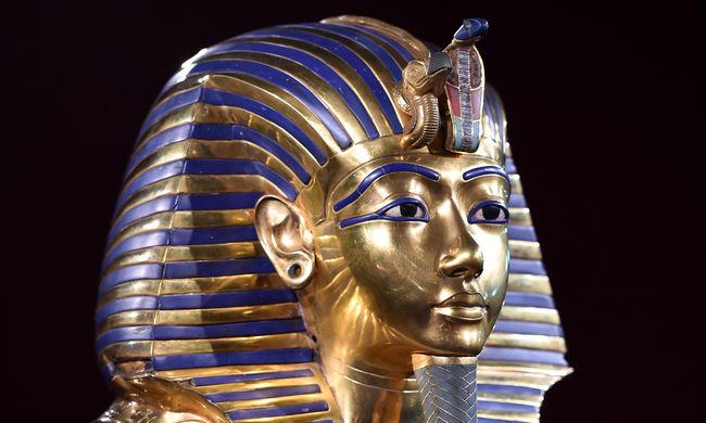 Visszaragasztották Tutanhamon szakállát