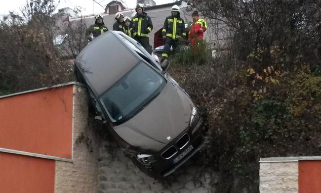 5 méter magasban lógott az autó