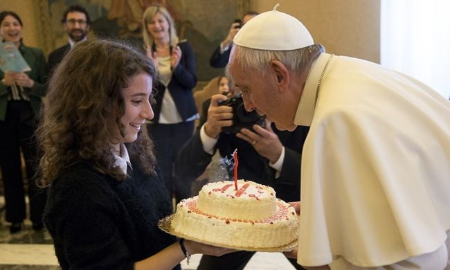 Citromtortát evett a pápa a 79. születésnapján