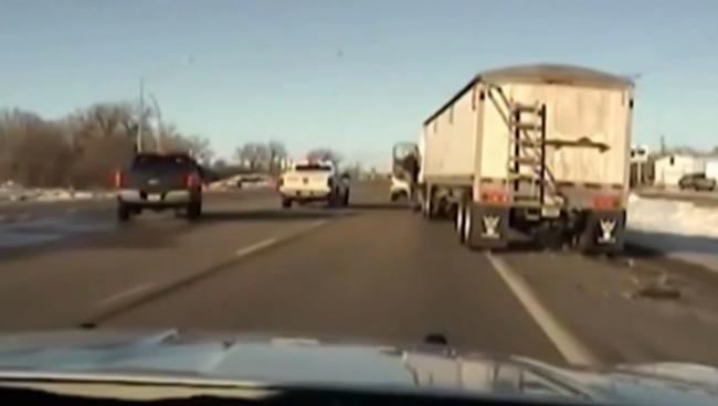 Elájult a sofőr, a seriff beugrott a kamionba - videó