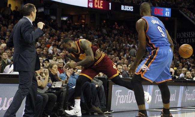 LeBron James kizuhant a pályáról, nyakmerevítővel vitték el a nézőt - videó