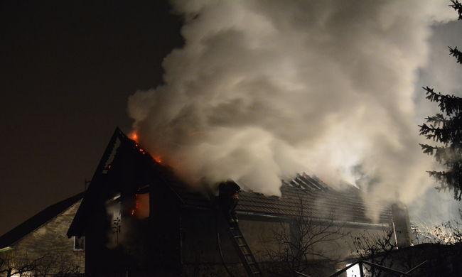 Fotók: ebből a lángoló házból menekültek Gyálon