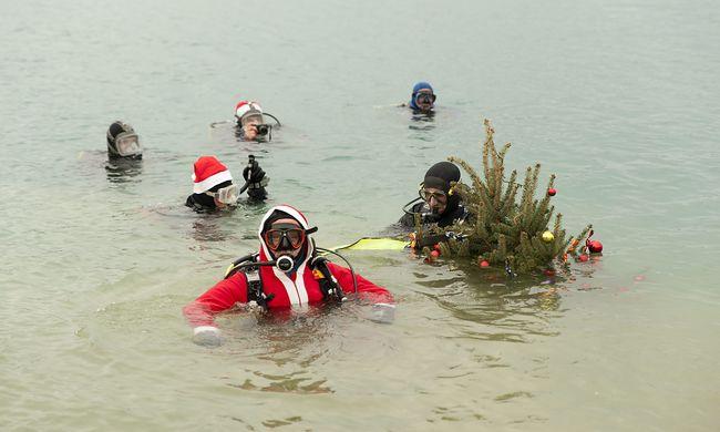 Víz alatt állítottak karácsonyfát egy bányatóban