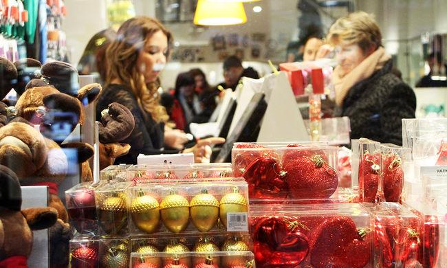 Elképesztő felvétel: szatyorban lopták a díszeket a tatai karácsonyfáról