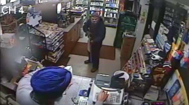 Papuccsal védte magát a fegyveressel szemben a boltos - videó