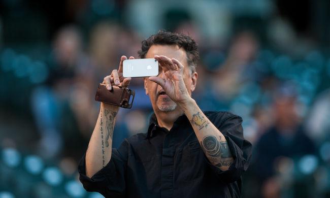 800 ember dolgozik az iPhone kameráján