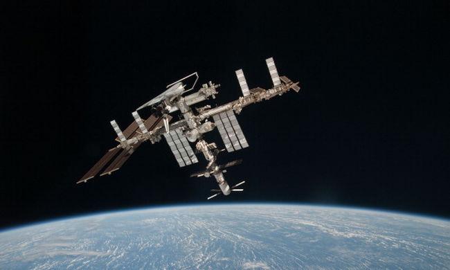 Történelmi telefonhívás: szerdán élőben beszél az űrhajósokkal Zuckerberg