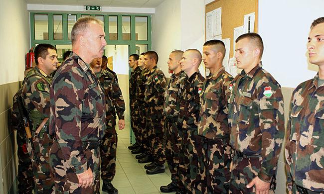 Januártól 5 százalékot emelnek a katonák bérén