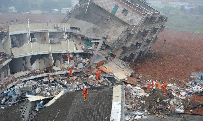 Egy halottat találtak, 81 embert még keresnek a sárlavina után