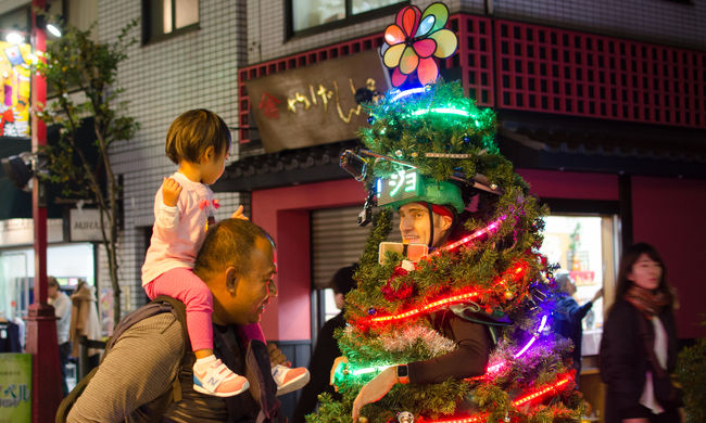 Karácsonyfának öltözött férfi rohangált Tokió utcáin - videó