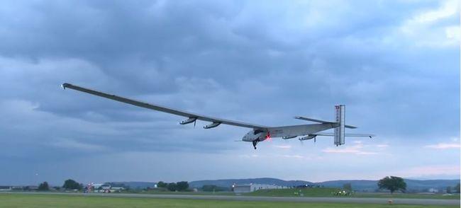 20 millió euróból repül tovább a napelemes repülőgép