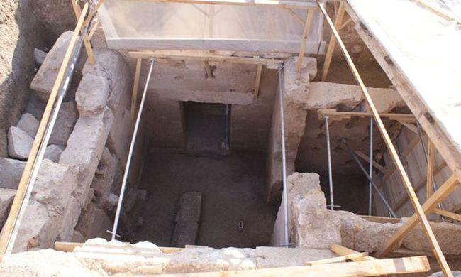 Csatornázás közben ókori sírt találtak