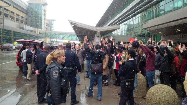 Tüntetők miatt nem lehet a repülőtérre jutni