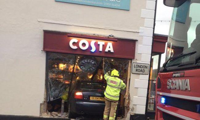 Kávézóba rohant egy autó, egy ember meghalt, többen súlyosan megsérültek