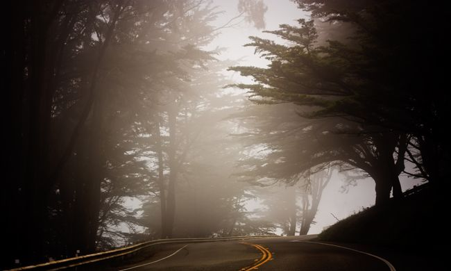 Csúszós utak, nagy köd: több baleset