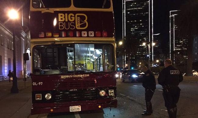 Turisták sebesültek meg, terepjáróval ütközött a városnéző busz