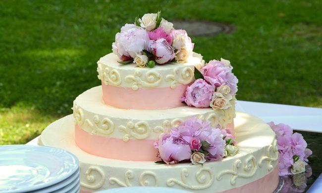 Kegyetlen átverés: leejtette az esküvői tortát az apa - vagy mégsem?