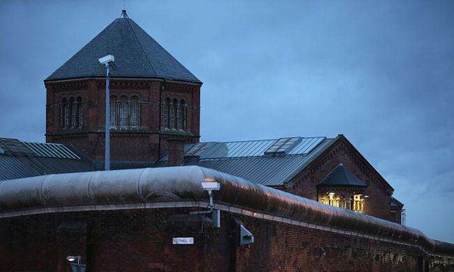 Többszörös késelés volt a börtön mellett, hárman megsérültek