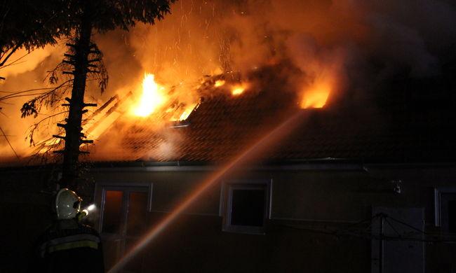 Tűzijátékok miatt gyulladt ki két ház