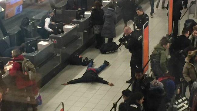Bombariadó miatt kiürítették Európa egyik legnagyobb repülőterét