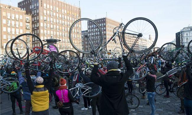 Biciklizve emlékeztek a karácsony előtt meghalt elnökre