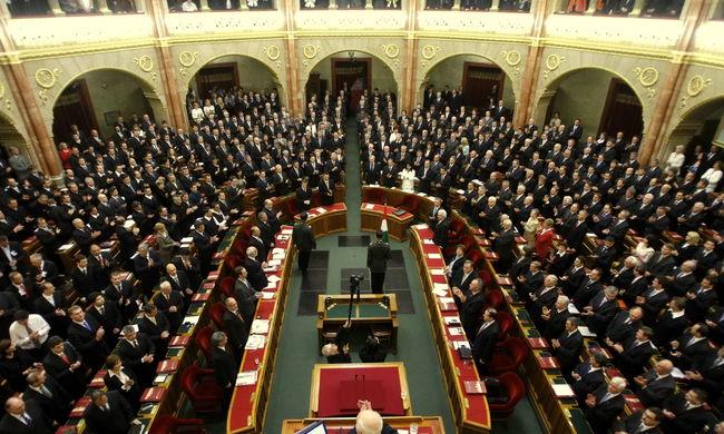Kimondta a parlament: megvédik Magyarországot a bevándorlóktól