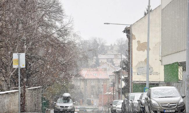 Havazás: több mint 80 kotrógép az utcákon Budapesten