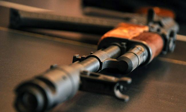 Saját fegyverboltjukban lőtték agyon az apát és a fiát