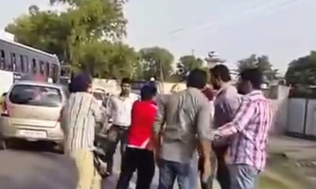 Durva verekedések az utcán: fegyvert kapnak a közlekedési rendőrök - videó