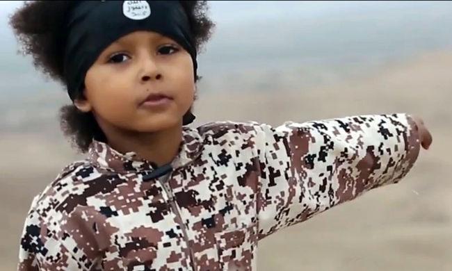 Katonák és reklámarcok - így használja ki az Iszlám Állam a gyerekeket