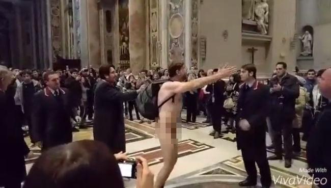 Meztelenül szaladgált a Szent Péter Bazilikában az őrült turista - videóval