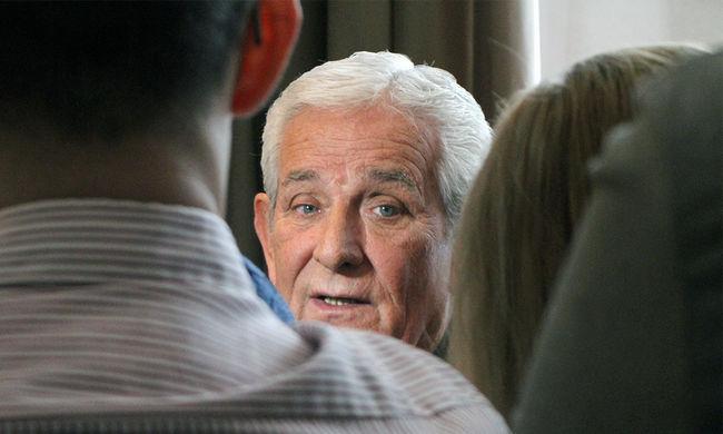 Aláírást gyűjtenek a csoportos nemi erőszak miatt lemondott Kiss László mellett a százhalombattai uszodában