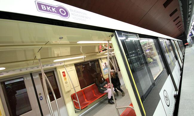 Hatalmas a tömeg a metróban, áll a forgalom