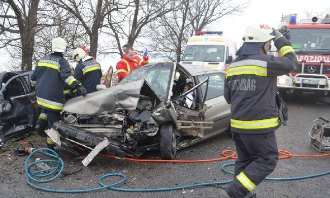 Elaludt vezetés közben és ütközött egy másik autóval, teljesen összetörtek - képek