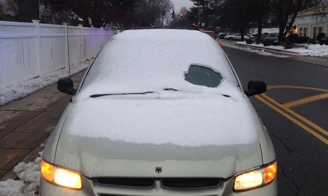 Ki sem látott a hó borította kocsiból, úgy vezetett