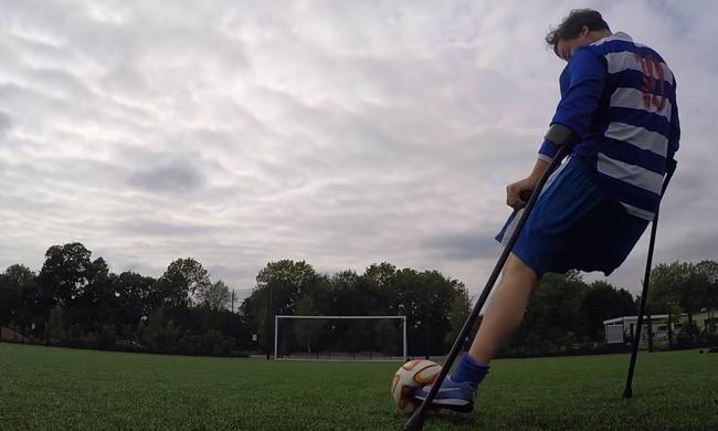 Egyik lábát amputálták, mégis bámulatosan bánik a labdával - videó