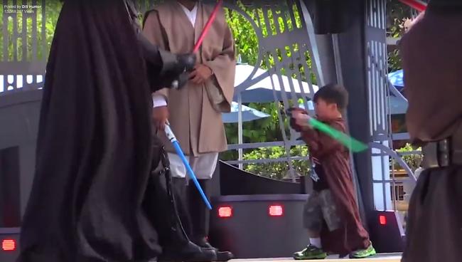 Megverte a rohamosztagosokat a Jedinek öltözött kisfiú - videó
