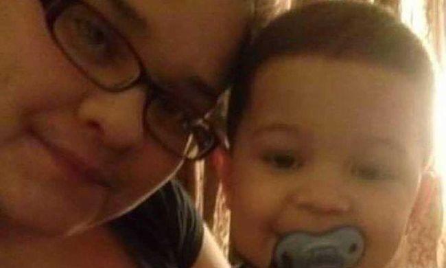Kétéves fiával a karjában halt meg a terhes nő, égő házba rohant vissza a gyerekért