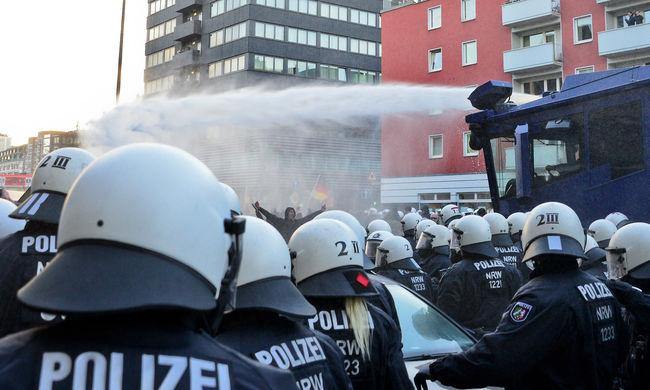 Vízágyúval oszlatták a migránsellenes tüntetést