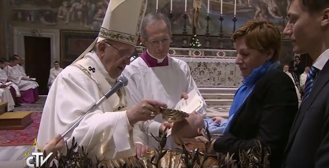 26 gyereket keresztelt meg a pápa