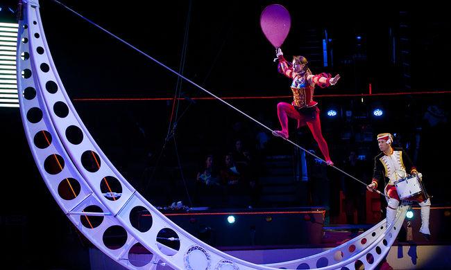 Rémület a cirkuszban: a nézők előtt zuhant mélybe a kötéltáncos