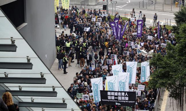 Több ezren tüntetnek Hongkongban az eltűnt emberek miatt