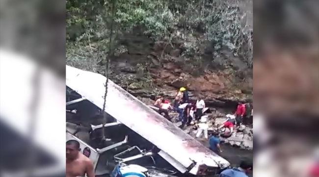 Szakadékba zuhant egy busz, focisták is voltak rajta, 20 ember meghalt