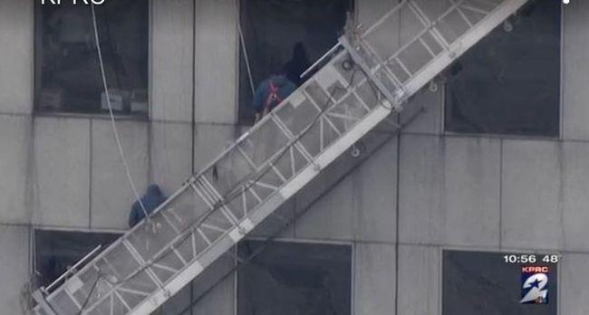 71 emelet magasban lógtak az ablaktisztítók, egy órán keresztül kapaszkodtak az életükért