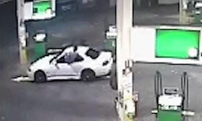 Páros lábbal ugrott be az autója ablakán, amit éppen el akartak lopni - videó