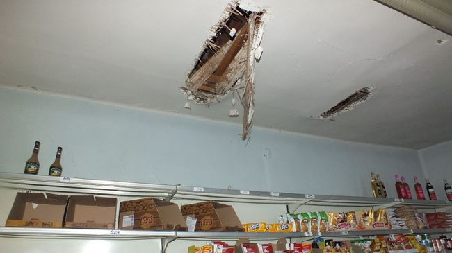 Maszkban ment töményt lopni, a tetőn mászott be a boltba