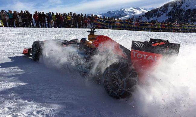 Ilyen se volt még: sípályán száguldott az F1-es autó - videó