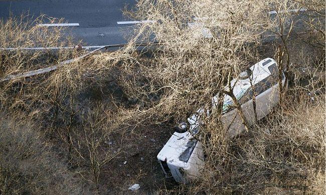 Három métert zuhant a busz, 14-en meghaltak